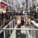 Torontos Eaton Centre: Alle warten auf das iPhone 6. (Bild: Screenshot Twitter @d_diggity3)