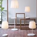 """Die IKEA-Möbel laden Akkus über den drahtlosen Ladestandard """"Qi"""" auf."""