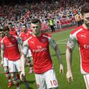 Die Spieler des FC Arsenal betreten in FIFA 15 den Rasen. Im Hintergrund schaut Mesut Özil etwas grimmig drein.