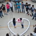 Mehrere Beteiligte waren Zeuge des Antrages mit dem Herz aus Apple-Geräten. (Bild: Weibo)