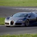Über 430 km/h Spitzengeschwindigkeit schafft der Bugatti Veyron. Laut dem Nachrichtenportal Reuters soll der Hersteller an einem schnelleren Nachfolger mit Hybridantrieb arbeiten. (Bild: Bugatti)