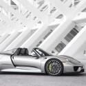 Hybridtechnik ganz sportlich: Der Porsche 918 Spyder verbraucht 3,1 Liter Kraftstoff auf 100 Kilometer und erreicht eine Geschwindigkeit von 100 km/h in 2,6 Sekunden. (Bild: Porsche)
