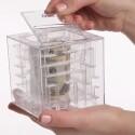 20 Euro teure Spardose: Sie lässt sich nur öffnen, wenn der Sparer die Kugel durch das Labyrinth navigiert. (Bild: Screenshot YouTube magnif Products Channel)