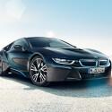 Der BMW i8 mit Hybridantrieb verfügt über 362 Pferdestärken (PS) und beschleunigt in 4,4 Sekunden von Null auf 100 Kilometer pro Stunde (km/h). Als Preis gibt der Hersteller einen Betrag von mindestens 126.000 Euro an. (Bild: BMW)