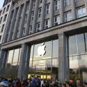 iPhone 6 überall: Der angebissene Apfel ist sogar von der anderen Seite der Binnenalster zu sehen.