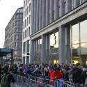 Hamburg, 19. September, 07:33 Uhr, Apple-Store Jungfernstieg.