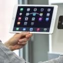 Das iPad Air 2 ist so leicht, es lässt sich mit dem iPhone 6 Plus-Griff auch über einen längeren Zeitraum halten.