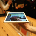 Das iPad Air 2 ist zwar leichter als der Vorgänger. In der Hand ist der Gewichtsunterschied aber kaum bemerkbar.
