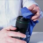 Mit einem speziellen Reinigungstuch und Flüssigkeit, bleibt die Vergütung des Objektives intakt.