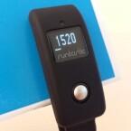 Der Runtastic Orbit lässt sich als Clip oder als Armband tragen.