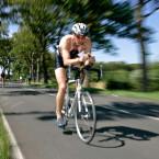 Der Sportler bleibt halbwegs scharf, nur der Hintergrund verwischt. Für den Betrachter entsteht so der Eindruck von Bewegung im Bild. Effekte dieser Art entstehen durch den besonderen Einsatz von Zoomobjektiven.