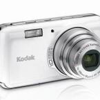 Bei kompakten Digitalkameras wie der Kodak EasyShare V1003 ist der Blitz oft im Gehäuse integriert, recht klein und neben dem Objektiv positioniert.