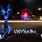 """Großstadtdschungel: Netzwelt war im nächtlichen Hamburg unterwegs und hat Light Writing ausprobiert. Der erste Versuch lässt zumindest grob erkennen, was dargestellt werden sollte. 60 Sekunden Belichtungszeit, Blende 16, ISO 100, zwei Lichter und ein kurzer """"Schuss"""" mit dem Laserpointer. (Klick vergrößert.)"""