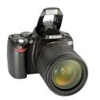 Eingebaute Blitzlichter von digitalen Spiegelreflexkameras werden ausgeklappt und sind genau über dem Objektiv positioniert.