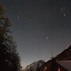 Für ein scharfes Abbild des Sternenhimmels ist eine hohe ISO-Empfindlichkeit oft der einzige Weg. Leider ist das Bild dann meistens durch Bildrauschen etwas unruhig - hier ISO 1600. (Klick vergrößert.)