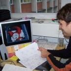 Jan Müller-Michaelis zeigt die Storyboard-Skizzen für eine Szwischensequenz...