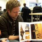 Marco Hüllen zeigt sein Artbook vor. In diesem Büchlein befanden sich einige tolle Zeichnungen.