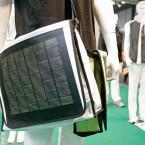 Energie aus der Tasche nicht durch Akkupower sondern durch Sonnenkraft: Ob Notebookakku oder MP3-Player-Batterie, die Tasche für sonnige Tage lädt fast alles wieder auf.