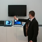 Kein Anzeichen von CeBIT-Kollaps: Product Manager Willigams steuert ein Notebook der Qosmio-Reihe mittels der nackten Hand.