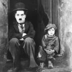 Ohne Zweifel einer der größten Komiker aller Zeiten ist Charlie Chaplin – das Bild stammt aus dem Klassiker <b>The Kid</b>. In <b>The Charlie Chaplin Festival</b> sind vier Kurzfilme zusammengefasst, die aus der frühen Schaffensphase des Mannes mit den Markenzeichen Stock, Hut und Bart stammen. Die Stummfilme sind mit der passenden Musik und einigen Geräuscheffekten unterlegt. (<a href=http://www.archive.org/details/charlie_chaplin_film_fest target=blank>Download</a>)
