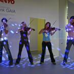 Eher klassisch ging es bei Sanyo zu - Geigen mit Popmusik untermalten die Produktpräsentationen.