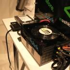 Netzteil, Festplatte und Power und Resetknopf.