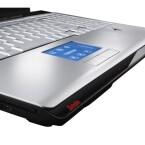 In den jeweils 17 Zoll messenden Bildflächen ist eine kleine Webcam mit 1,3 Megapixeln inklusive Mikrofon installiert, was bei Multiplayer-Games zusammen mit dem Fünf-Lautsprecher-System von Harman/Kardon das Headset ersetzen könnte. Sechs USB-Anschlüsse sind selbst für dieses Notebook-Kaliber sehr viel.