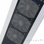 Im Zusammenspiel mit einem riesigen Radiator führen drei riesige 120-Millimeter-Lüfter etwa 600 - 700 Watt Wärme ab. Das beste daran: Man hört sie kaum und kann sie sogar komplett abstellen.