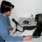 Netzwelt-Redakteur Patrick Woods mit dem Aufnahmeset Podcast Factory von M-Audio.