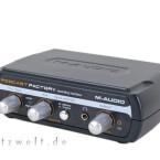 Das M-Audio USB-Interface verbindet das Mikrofon direkt mit dem Computer und ersetzt die Soundkarte.