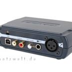 Angeschlossen werden können ein Mikrofon über XLR oder ein externes Audiogerät über Klinke. Es gibt einen Stereo-Cinch-Ausgang und einen USB-Anschluss.