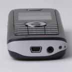 Über die Mini-USB-Buchse wird das TC 300 geladen. Rechts nebenan ist der Stecker für den Ohrhörer