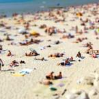 Menschen werden scheinbar zu Ameisen am Strand.