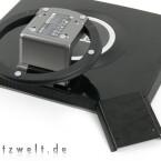 Um eine Wandhalterung nutzen zu können, muss der Fuß nach dem Drücken eines dicken Knopfes im Scharnier nach hinten geklappt und mit einem mitgelieferten Adapter versehen werden.