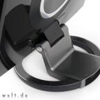 Auf dem kreisrunden Standfuß liegt eine anthrazitfarbene Schicht Aluminium, die vorderen Bedienelemente in einer schmalen chromfarbenen Leiste, die sich über die komplette Gehäusebreite zieht.