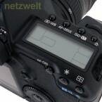 Das kleine LCD-Display auf der Oberseite der Kamera informiert über die wichtigsten Einstellungen.