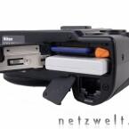 Speicherkarte, Akku und Netzwerkanschluss sind über die Unterseite der Kamera zu erreichen.