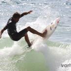 RAW-Datei unbearbeitet. Bei diesem Surfer reflektierte das helle Wasser die Sonne so stark, dass der Helligkeitsunterschied zum dunkeln Surferanzug viel zu groß wurde, um diesen erfassen zu können. Dank der RAW-Datei wurde der Surfer stark aufgehellt und...