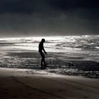 Gut in Szene gesetzt - Surfer an einem einsamen Strand.
