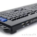 Außer zwei USB-Ports wie die G15 bietet das Razer-Keyboard noch praktische Headset-Anschlüsse.