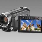 Dieser Camcorder besitzt einen internen Flash-Speicher von 16 Gigabyte und kann zusätzlich mit SD-Karten bestückt werden. Sein 1/6-Zoll-CCD-Sensor hat effektiv 710.000 Pixel während der Videoaufnahme.