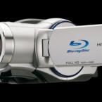 Dieser Camcorder nimmt seine Videos auf Blu-ray auf. Eine Disc reicht dabei für eine Stunde Aufnahmen in Full-HD. Zusätzlich kann er noch mit SD-Karten bestückt werden.