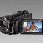 Dieser Camcorder ist mit 16 Gigabyte internem Flash-Speicher ausgestattet und kann zusätzlich mit SD-Karten bestückt werden. Sein CMOS-Sensor mit 2,07 Megapixel im Videomodus nimmt im Full-HD-Format mit 1.980 x 1.080 Pixeln auf.