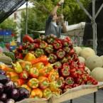 Durch den gezielten Einsatz von Reflektoren ist das Gemüse auf dem Marktstand sehr gut zu erkennen und trotzdem ist der Hintergrund nicht überbelichtet.