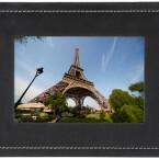 Sim-Karte rein und los geht´s. Jeder der die Nummer kennt, kann per MMS Fotos an den Bilderrahmen schicken.