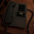 Ein Telefon das möglicherweise hilfreich sein könnte. Man tappt zwar manchmal im Dunkeln, dafür sind die Kombinationsrätsel relativ einfach.