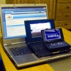 Der Pandora im Größenvergleich mit einem EeePC 4g und einem 15-Zoll-Notebook.