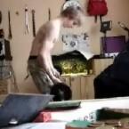 Vielleicht weil er bei den Mädchen mit seinem Aquarium nicht punkten konnte, will dieser Bursche seinen Oberkörper stählen. Keine gute Idee, finden die Fische (<a href=http://www.boreme.com/boreme/funny-2005/musculation-p1.php target=_blank> Clip ansehen: WMV</a>).
