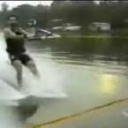 Noch winkt dieser junge Wassersportler. Was dann passiert, kann sich jeder vorstellen (<a href=http://www.boreme.com/boreme/funny-2005/water-sports-p1.php target=_blank>Clip ansehen: WMV</a>).