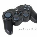 Anschlussfreudig: Bei Bedarf geht der PC-Controller mit Playstation 2 und Xbox fremd.